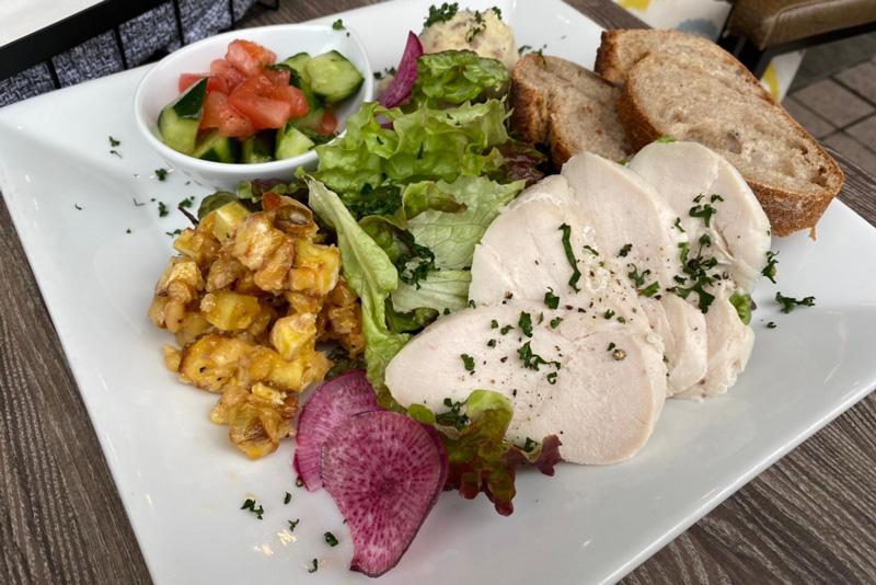 自家製ハムと自家畑野菜のデリ3種のサラダプレート
